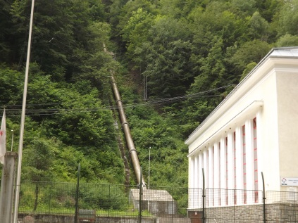…conducta aducțiune apa la Hidrocentrala Sadu 5 din barajulGâtul Berbecului.
