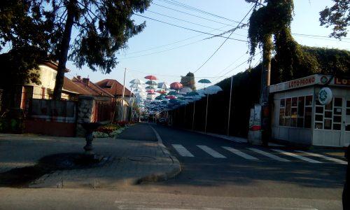 strada cu umbrelute